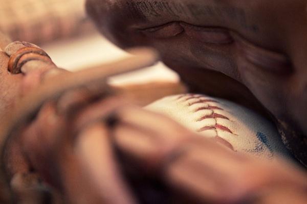 グローブに包まれた野球ボール