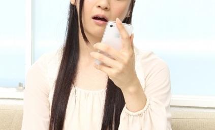 電話の対応に呆れる女性