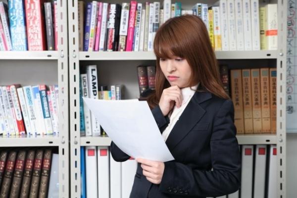 書類を見る人事部女性